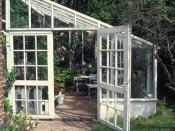 Kamelia-eksperten Hans Trautners idyl af en udestue - med gennemgang til haven og et endnu større glashus.